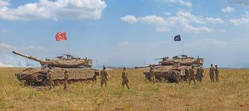Los tanques de Merkava y soldados israelíes en fuerzas acorazadas de entrenamiento Fotos de archivo libres de regalías