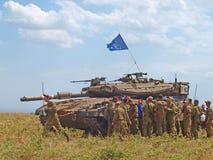 Los tanques de Merkava y soldados israelíes en fuerzas acorazadas de entrenamiento Fotos de archivo