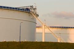 Los tanques de petróleo en la luz de la tarde Foto de archivo