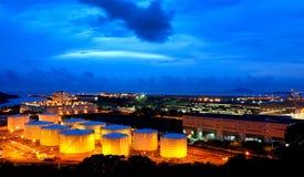 Los tanques de petróleo en la noche fotos de archivo libres de regalías