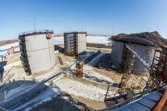 Los tanques de plata grandes para el almacenamiento de productos petrol?feros en el abierto foto de archivo