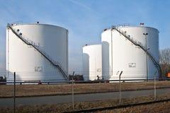 Los tanques de silo blancos en una granja del tanque con el cielo azul Imagenes de archivo