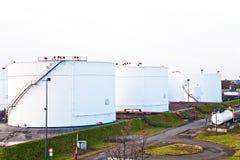 Los tanques de silo blancos en una granja del tanque con el cielo azul Fotografía de archivo libre de regalías