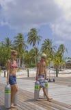 Los tanques del equipo de submarinismo de los pares que llevan en el Caribe fotografía de archivo libre de regalías