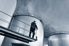Los tanques e ingeniero de petróleo Imagen de archivo libre de regalías