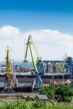 Los tanques en el puerto marítimo internacional Fotografía de archivo libre de regalías