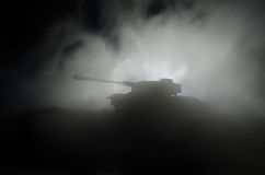 Los tanques en la zona del conflicto La guerra en el campo Silueta del tanque en la noche Escena de batalla Imágenes de archivo libres de regalías