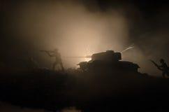 Los tanques en la zona del conflicto La guerra en el campo Silueta del tanque en la noche Escena de batalla Foto de archivo