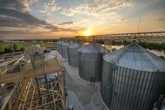 Los tanques enormes del metal del elevador Fotografía de archivo