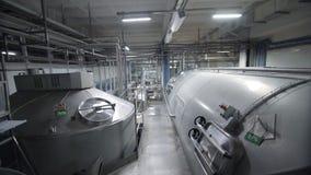 Los tanques enormes para la leche el almacenar y de la fermentación Tubería en fábrica moderna de la lechería almacen de video