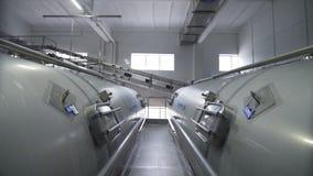 Los tanques enormes para la leche el almacenar y de la fermentación Tubería en fábrica moderna de la lechería almacen de metraje de vídeo