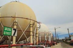 Los tanques esféricos en refinerías Imagenes de archivo