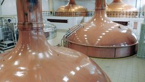 Los tanques grandes almacenan la cerveza en una cervecería almacen de metraje de vídeo