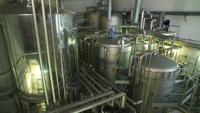 Los tanques grandes y muchos tubos brillantes almacen de metraje de vídeo