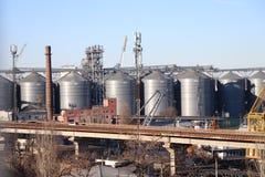 Los tanques industriales en el puerto de Odessa, Ucrania imagenes de archivo