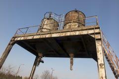 Los tanques industriales oxidados viejos imágenes de archivo libres de regalías