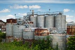 Los tanques industriales viejos Imagen de archivo
