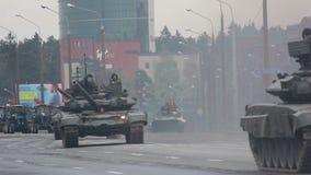 Los tanques, invasión militar de la ciudad, tropa-portador acorazado, peligro, humo del ejército almacen de video