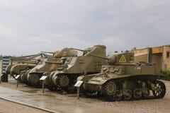 Los tanques ligeros con un tanque ligero hecho americano M5A1 Estuardo en frente en la exhibición Fotografía de archivo libre de regalías