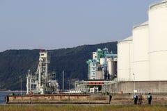 Los tanques para el aceite y los productos petrolíferos Imagen de archivo