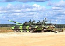 Los tanques rusos en un campo militar Imagen de archivo