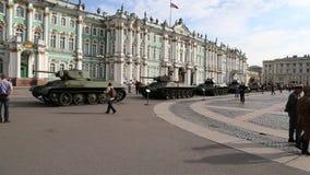 Los tanques soviéticos y el otro equipo militar de las épocas de la Segunda Guerra Mundial en la acción militar-patriótica, dedic almacen de metraje de vídeo