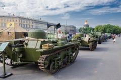 Los tanques soviéticos originales de Segunda Guerra Mundial en la acción de la ciudad, dedicados al día de memoria y a la pena en Fotografía de archivo libre de regalías