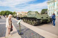 Los tanques soviéticos originales de Segunda Guerra Mundial en la acción de la ciudad en el cuadrado del palacio, cuadrado del pa Fotografía de archivo libre de regalías