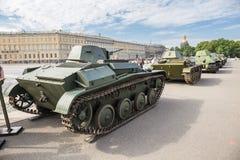 Los tanques soviéticos originales de Segunda Guerra Mundial en la acción de la ciudad en el cuadrado del palacio, St Petersburg Imagenes de archivo