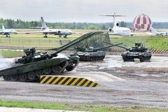 Los tanques T-90 del baile en las demostraciones de la técnica Foto de archivo libre de regalías