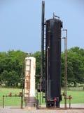 Los tanques y bombas verticales de petróleo Fotos de archivo