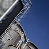 Los tanques y edificios industriales foto de archivo