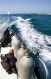 Los tanques y estela del equipo de submarinismo Fotos de archivo libres de regalías