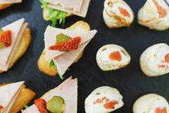 Los Tapas, canaps, bocadillos, rollos con los pescados rojos se prepararon para los visitantes del evento Imagen de archivo