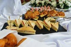 Los Tapas, canaps, bocadillos, rollos con los pescados rojos se prepararon para los visitantes del evento Imágenes de archivo libres de regalías