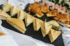 Los Tapas, canaps, bocadillos, rollos con los pescados rojos se prepararon para los visitantes del evento Imagen de archivo libre de regalías