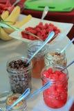 Los tarros de albañil llenaron de los desmoches para los helados del helado Fotografía de archivo