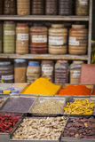 Los tarros de hierbas y de polvos en una especia india hacen compras fotos de archivo libres de regalías