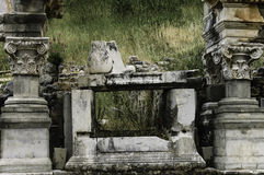 Los tarros y las columnas permanecen en Ephesus Imagen de archivo libre de regalías