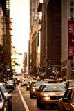Los taxis amarillos montan en la 5ta avenida en Nueva York Imagen de archivo