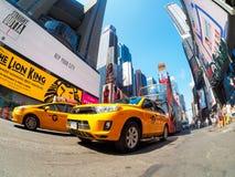 Los taxis amarillos y las luces de neón ajustan a veces en New York City Imágenes de archivo libres de regalías