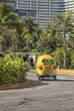 Los taxis de la moto se conocen como taxi de los Cocos en La Habana fotos de archivo libres de regalías