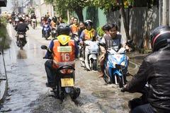 Los taxis de la motocicleta y la inundación pasajera gente que lleva del voluntario en el camino van a golpear el templo del pai Foto de archivo