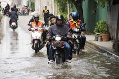 Los taxis de la motocicleta y la inundación pasajera gente que lleva del voluntario en el camino van a golpear el templo del pai Imágenes de archivo libres de regalías