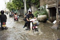 Los taxis de la motocicleta y la inundación pasajera gente que lleva del voluntario en el camino van a golpear el templo del pai Imagenes de archivo