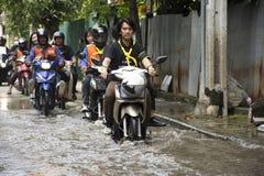 Los taxis de la motocicleta y la inundación pasajera gente que lleva del voluntario en el camino van a golpear el templo del pai Imagen de archivo libre de regalías