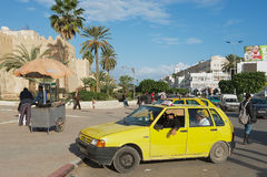 Los taxis esperan a pasajeros adentro de la pared de Medina en Sfax, Túnez Foto de archivo libre de regalías