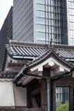 Los tejados de teja japoneses de madera tradicionales contra los raspadores contemporáneos del cielo del vidrio y del metal están imágenes de archivo libres de regalías