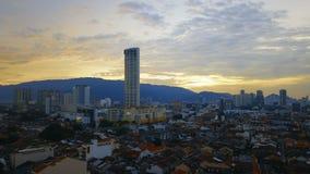 Los tejados de teja roja en la parte histórica de la ciudad y de Komtar de Georgetown se elevan en la isla de Penang, Malasia, en almacen de metraje de vídeo