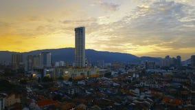 Los tejados de teja roja en la parte histórica de la ciudad y de Komtar de Georgetown se elevan en la isla de Penang, Malasia, en almacen de video